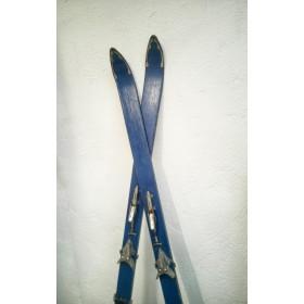 Paire de skis anciens en bois