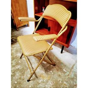 Chaise à bras dorée